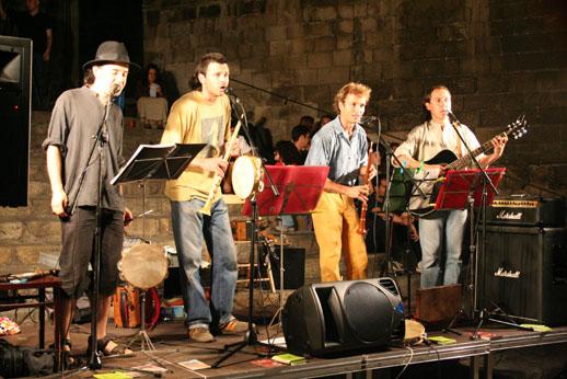 El nostre primer ball folk, a la Plaça del Rei de Barcelona, el 16 de juny de 2006
